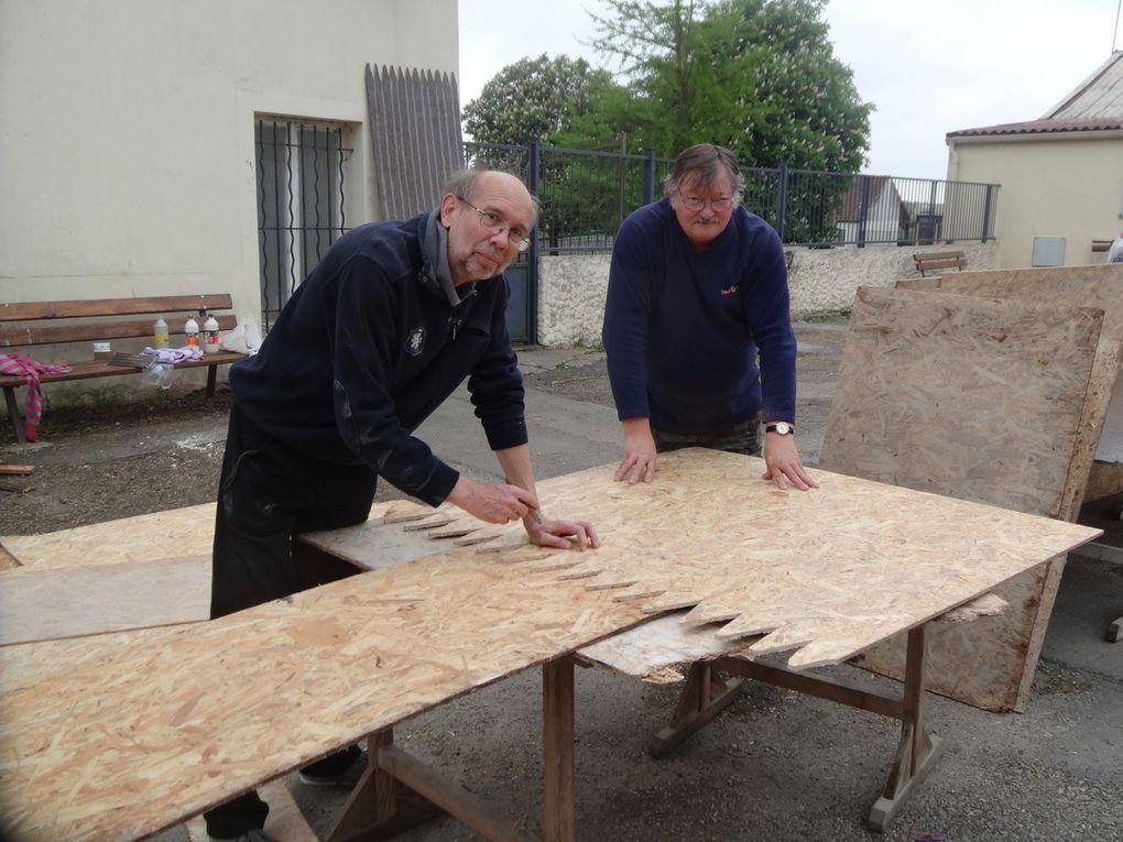 WESTERN: LES PREPARATIFS ...  Structures du Fort, Corbillard, Totem, panneaux...  Comme toujours les bénévoles d'Histoire & Collection s'affairent pour être prêt le 4 juin ...