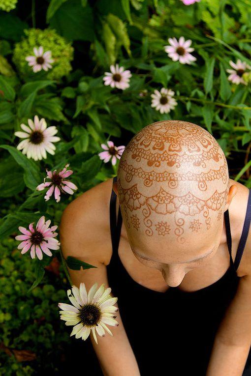 Canada.  Pour redonner le sourire aux femmes atteintes d'un cancer en leur faisant de magnifiques tatouages à l'henné sur leur tête.