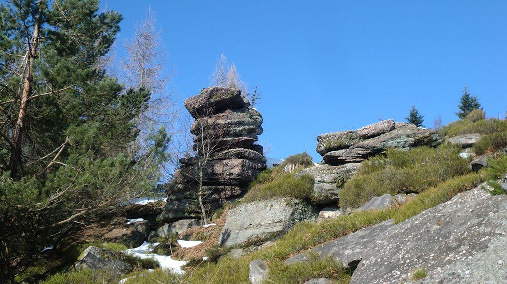 Chemin faisant, tout le long de la ligne de crête, nous découvrirons, de magnifiques rochers de grès et de conglomérat, sculptés par l'érosion.