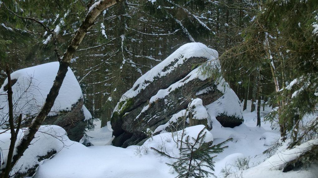 Chemin faisant dans la neige durcie par le gel, nous admirons au passage ces gros blocs de grès avec par endroits des glaçons qui profitent du dernier sursaut de l'hiver.
