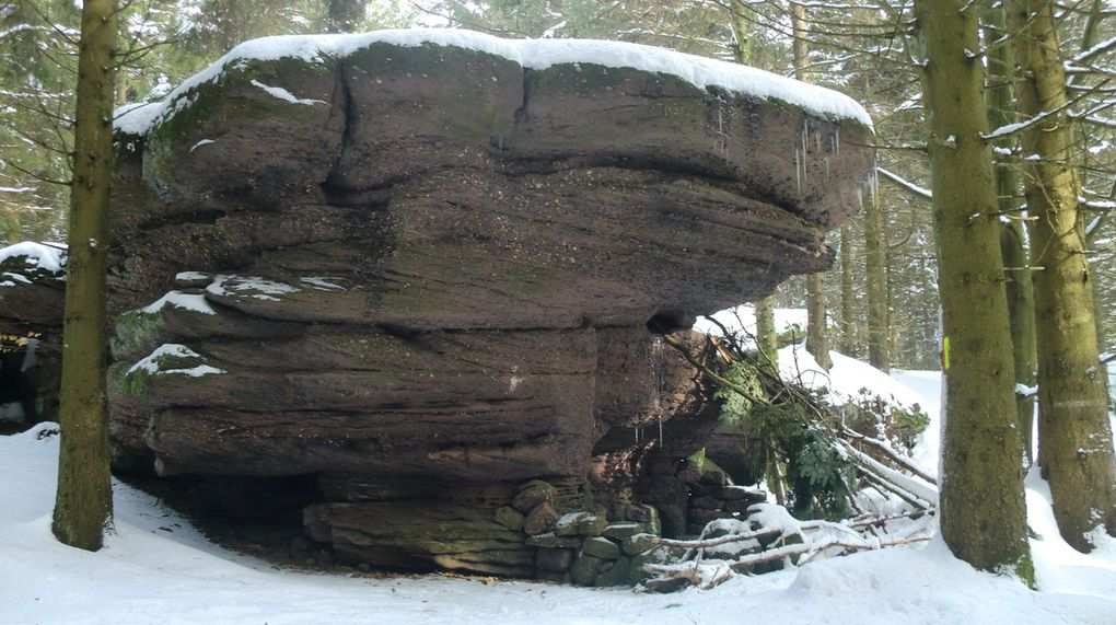 A l'approche du sommet les rochers sont plus imposants, au point d'accueillir des abris sous roches. L' Urstein, selon un ami spécialiste en la matière, fait partie des Hauts-Lieux  d'Energie des Vosges. Lors d'une randonnée en 2014, il s'arrêta net devant le rocher en ressentant les ondes telluriques dégagées de la terre...