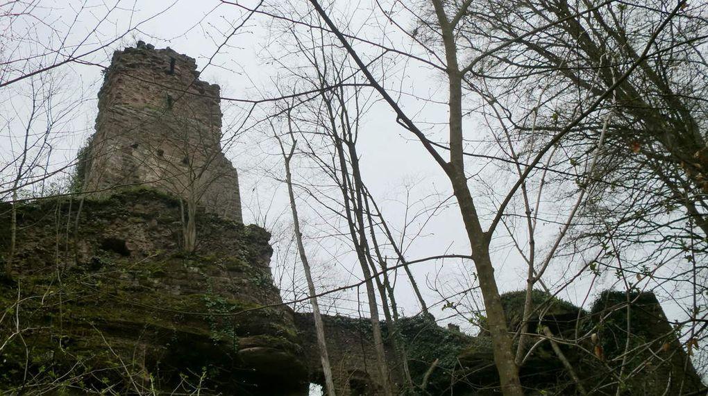 En quittant les châteaux quelques impressionnants rochers couronnent encore la crête.