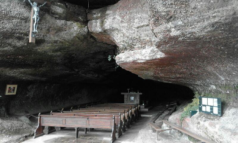 """De la grotte, nous suivons le balisage rectangle bleu par le  """"Sentier des Roches"""" direction la ruine du Greifenstein. Le sentier passe au dessus de nombreux rochers dans le prolongement de celui de la Grotte Saint-Vit. Malheureusement, ils ne sont pas trop visibles, pour cela, il aurait fallu emprunter le sentier balisé chevalet rouge."""