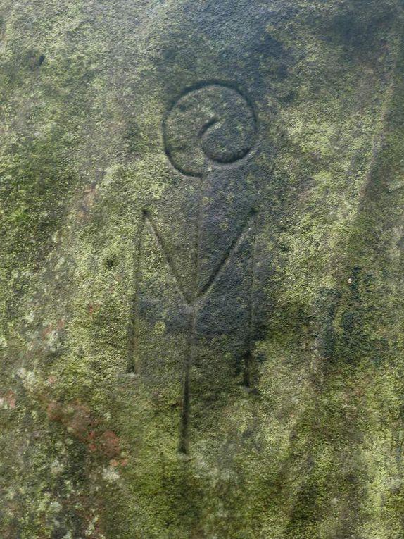 Photos de mai 2014. Le M avec la crosse de l'évêque représente le blason de l'abbaye de Marmoutier. Les 3 aiglons celui du comté de Linange-Dabo.