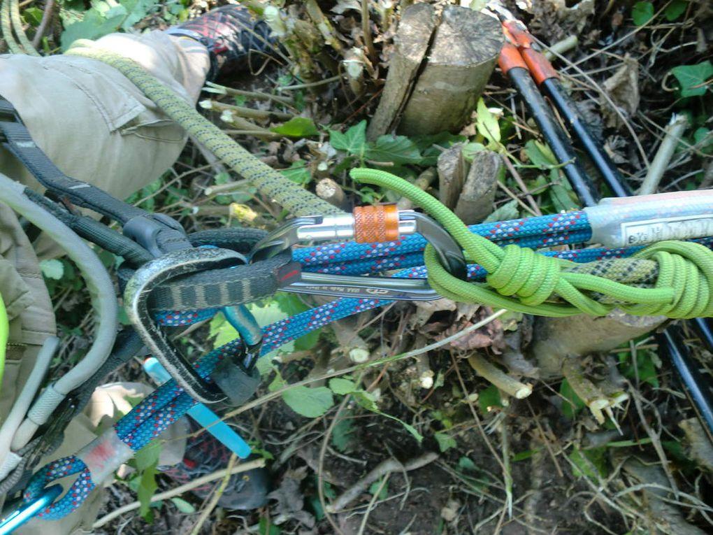 Les baudriers, les casques et les gants sont revêtus, les rappels installés et nous voilà partis à l'assaut des lierres et autres arbustes.