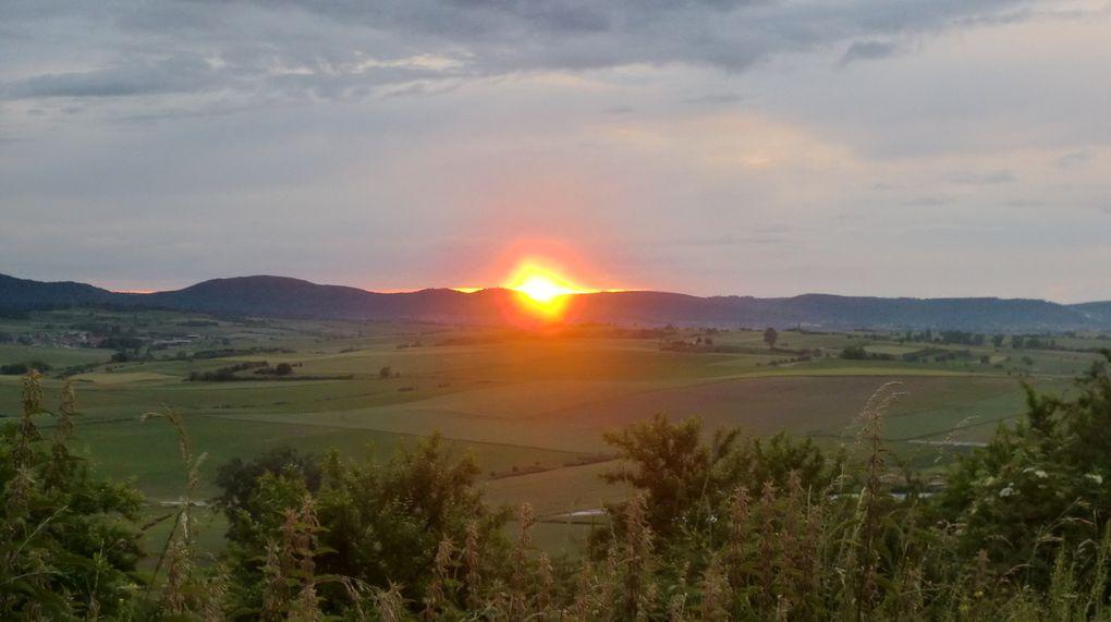 Le coucher de soleil entre le Grand Geroldseck et le Haut-Barr est superbe. Les couleurs rouges orangées enflamment le ciel. Tel un oeil de feu, le soleil nous observe à l'horizon.