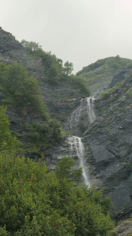 Cascade du Péchet vers 1800 m. Véritable écrin de fraîcheur. Une pause s'impose.