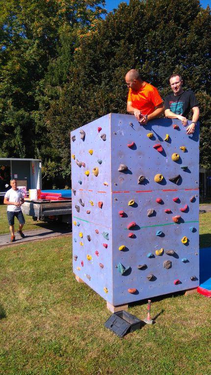 L'équipe des bénévoles, dirigée par les deux vice-présidents, Fred et Laurent, lors de la mise en place de la structure mobile d'escalade.