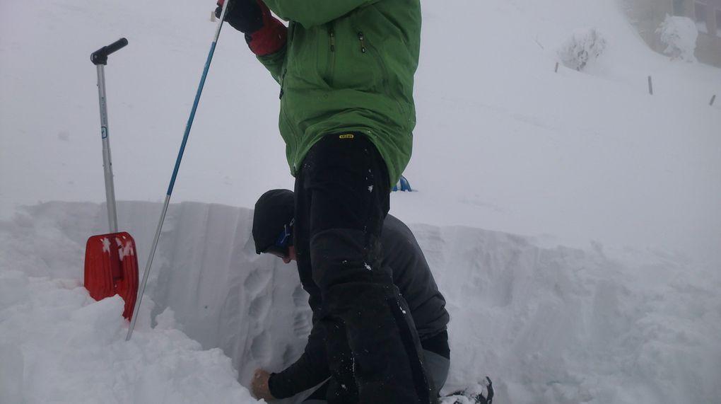 Exercice de sécurité. Réalisation d'une coupe de neige afin de déterminer sa stabilité et de prévenir tout risque d'avalanche.