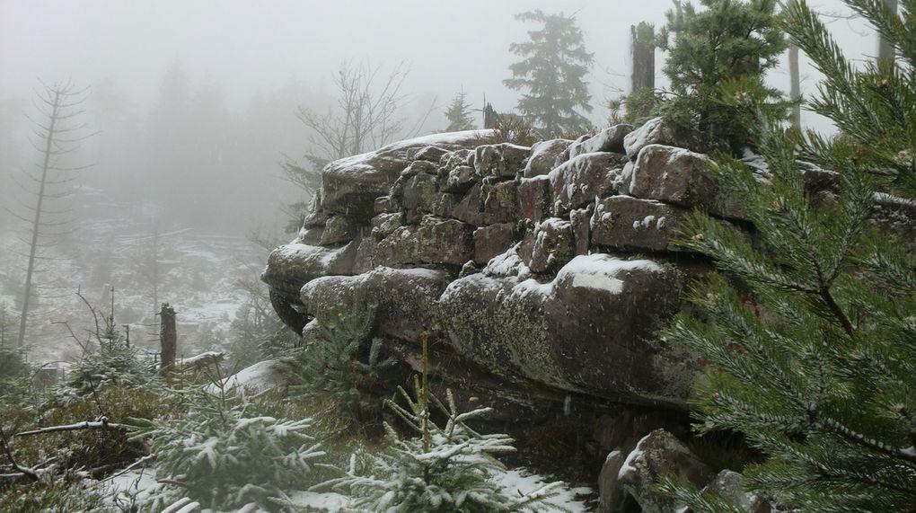 Je longe la ligne de crête en passant devant plusieurs blocs rocheux avant d'arriver....
