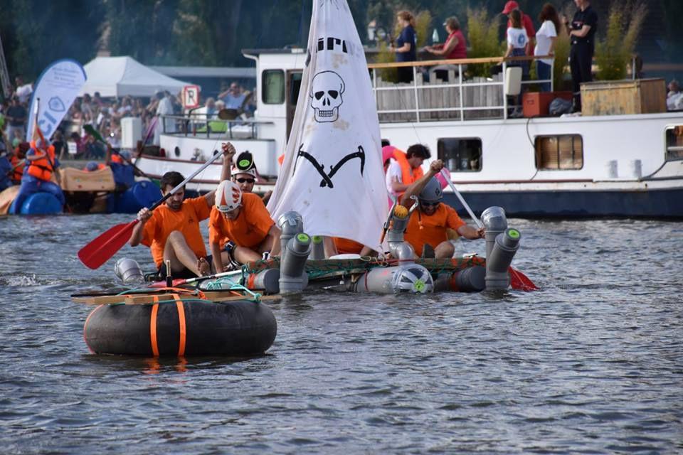 Arrivés à hauteur de la première bouée, l'équipage du Waikiki Boat de la société carnavalesque Einhorn, moins rapide que nous, se montre fair-play et nous laisse la priorité. Un grand coup de chapeau à eux... Nous virons en tête et avons une autoroute devant nous. La possibilité de gagner la course devient réelle. (Photos Catherine B.)