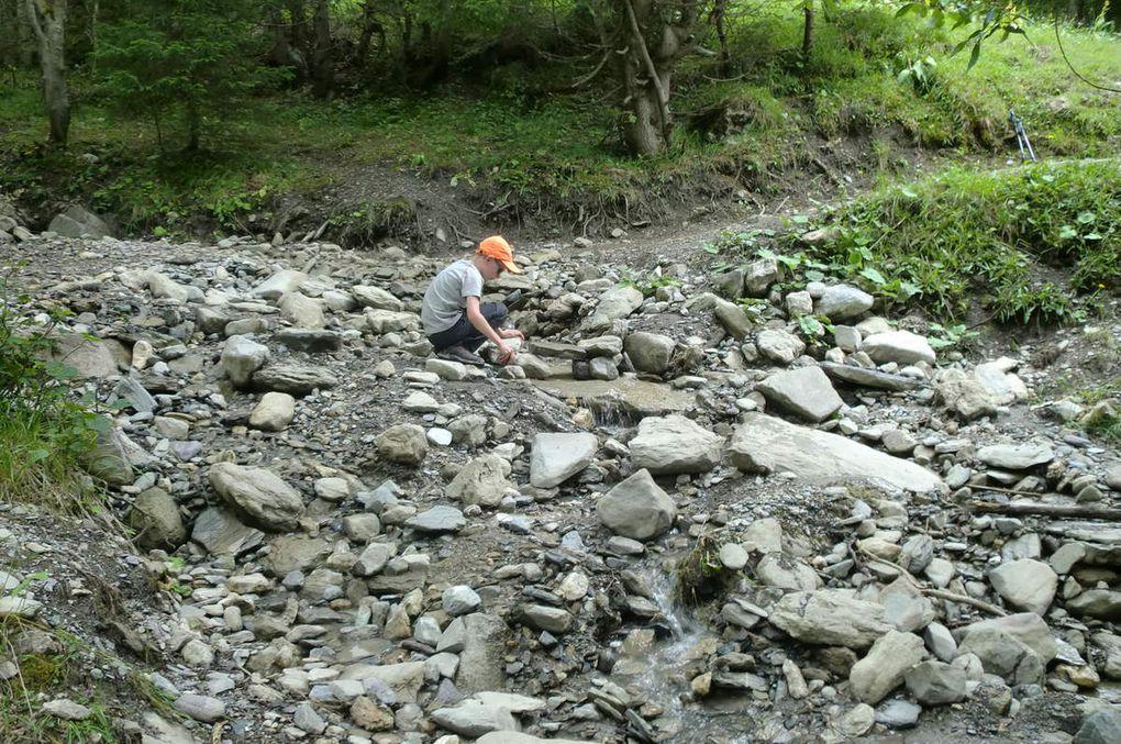 Le sentier traverse un agréable ruisseau où nous en profiterons pour nous rafraîchir. Léo, quant à lui, s'adonnera à son passe temps favori, la construction de barrage.
