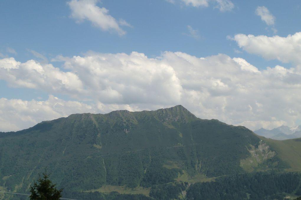 Depuis son sommet, vers l'est, la vue est imprenable. Les massifs apparaissent les uns après les autres, plus majestueux que jamais. Le Crève-Tête, les deux Niélard, le Cheval Noir et au delà du Col du Gollet, la chaine frontalière.