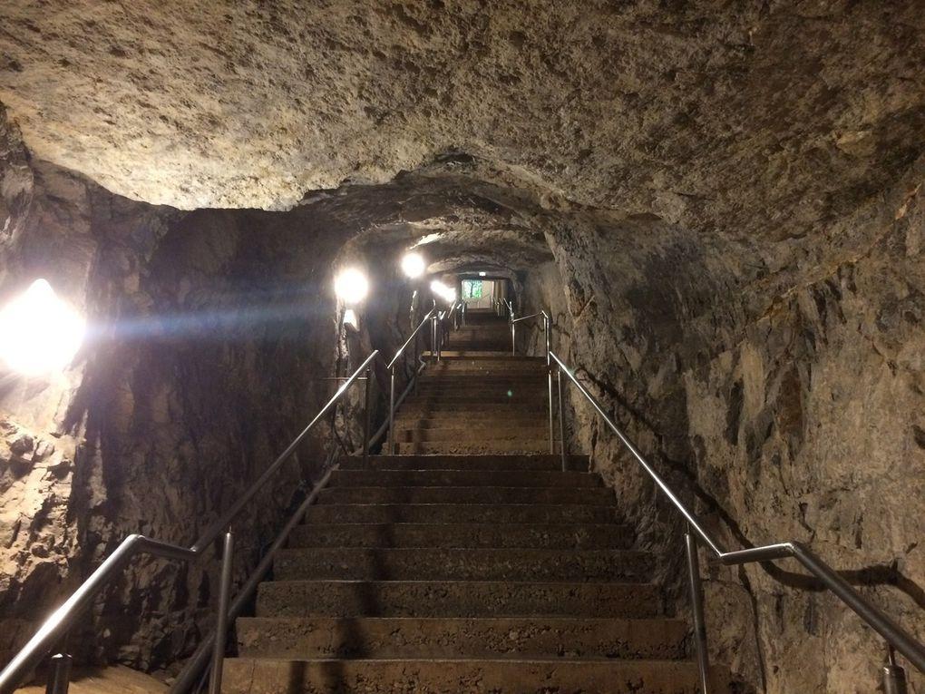 Tout commence par une descente de quelques 250 marches, pour atteindre la galerie à 60 mètres sous terre.