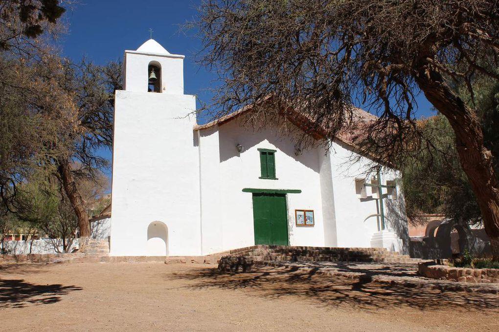 """La place du village avec sa """"feria artesanal"""" et son église"""