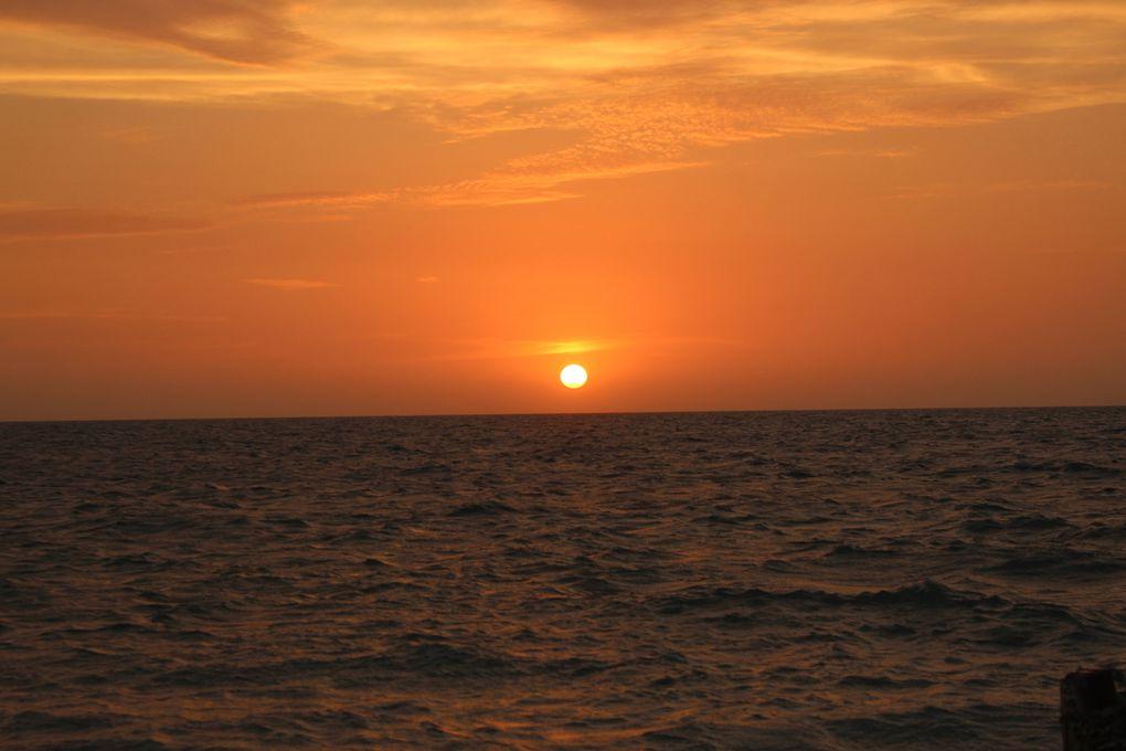Nous avons également profité des couchers de soleil tous les soirs. Malheureusement, la ligne d'horizon était couverte d'une fine couche de nuages à chaque fois, ce qui nous a empêché de voir le rayon vert. Les couleurs changeaient tous les soirs, superbe!