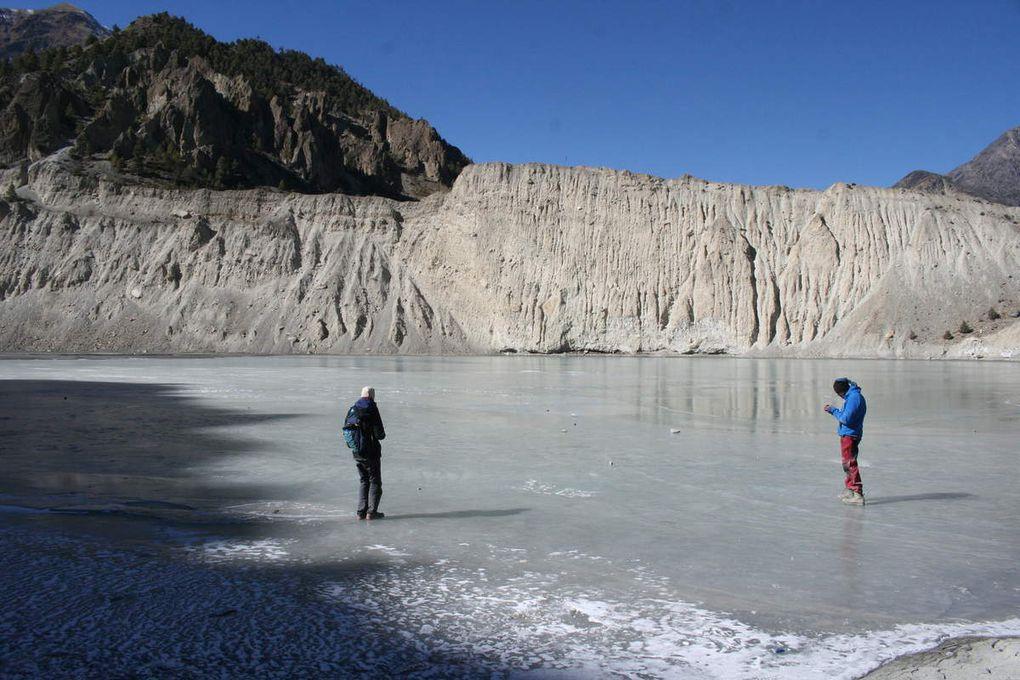 Camille et Pierre, se promenant sur le lac