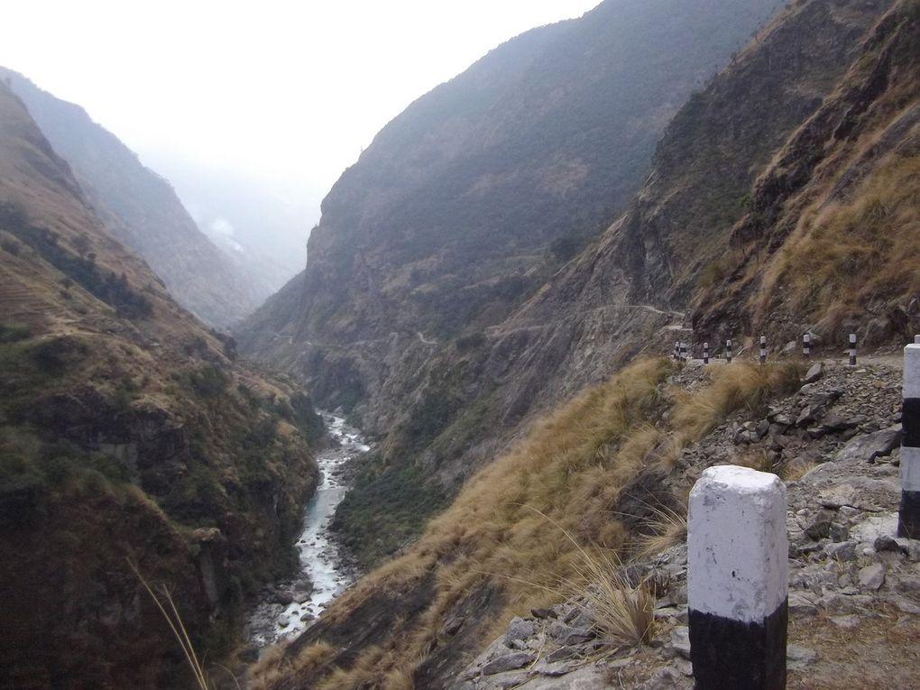 Le chemin suit toujours la rivière