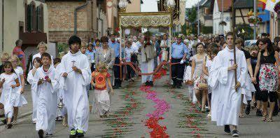 Je me souviens du témoignage de ma maman et de mes grands-mères m'expliquant que, le jour de la Fête Dieu, les enfants lancaient des pétales de fleurs (qu'ils avaient préparer) dans les rues au passage du Saint Sacrement (de Jésus présent dans l'Hostie Consacrée)