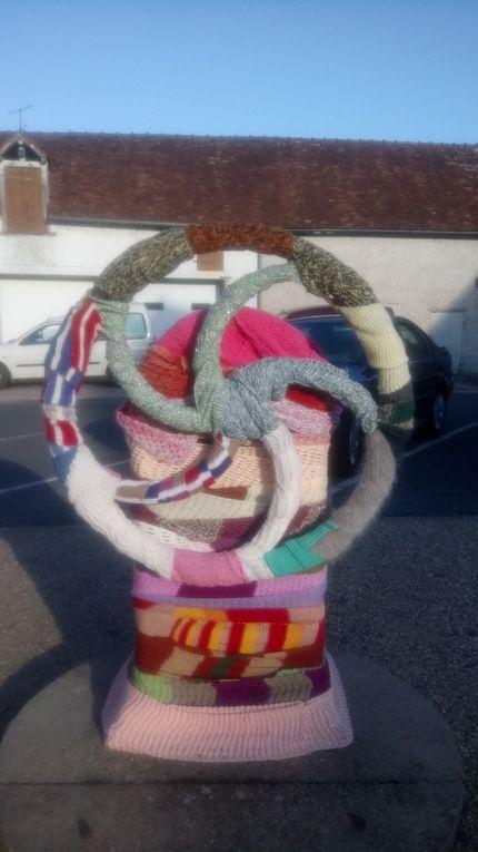La pompe témoin du passé ressemble à une grosse fleur et le plan de la commune à un théâtre de marionnettes !