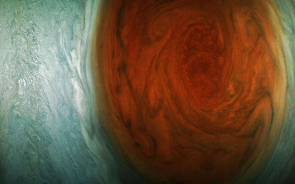 Le « scientifique citoyen » Jason Major, qui ne rate pas une seule image de Juno, a retraité l'image brute quelques heures après que la sonde l'a envoyée. Le vaisseau était à 13.917 km au-dessus de la tempête. « Il est toujours intéressant de voir ces nouvelles images brutes de Jupiter à leur arrivée, explqiue-t-il. Mais il est encore plus passionnant de prendre les images brutes et de les transformer en quelque chose que les gens peuvent apprécier. C'est pour cela que je vis. » © Nasa, JPL-Caltech, SwRI, MSSS, Jason Major
