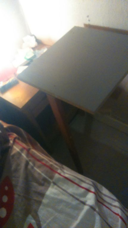 Dans la chambre parental le manque de place est toujours cruel SURTOUT quand on travail sur ordinateur. L'idée est de confectionné une table amovible qui se plaque sur le mur. Avec une planche, deux charnières, un latte de bois, quelques vis, une équerre métalique, un petit morceau de bois et des chevils le tour est joué. La difficuté technique étant de ne pas oublié de prendre les mesures avant de couper les éléments. En effet si vous n'avez pas pris les bonne mesure ou, pire, si vous faite tous au pif, vos n'avez pas fini de faire des trous dans le mur !