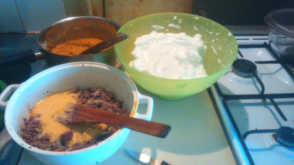 Préchauffez votre four à 230 °C (Therm 7/8). Mélangez deux cuillières à soupe de farine dans chaques plats. Battre vos blancs en neige et incorporer moitier-moitier dans chacunes des préparations