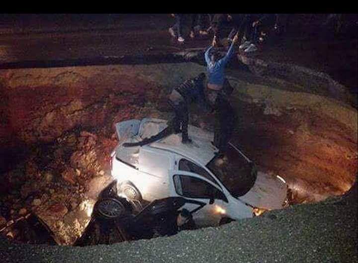 Alger : Cinq véhicules tombent dans un énorme trou provoqué par un affaissement. K-Direct - Actualité