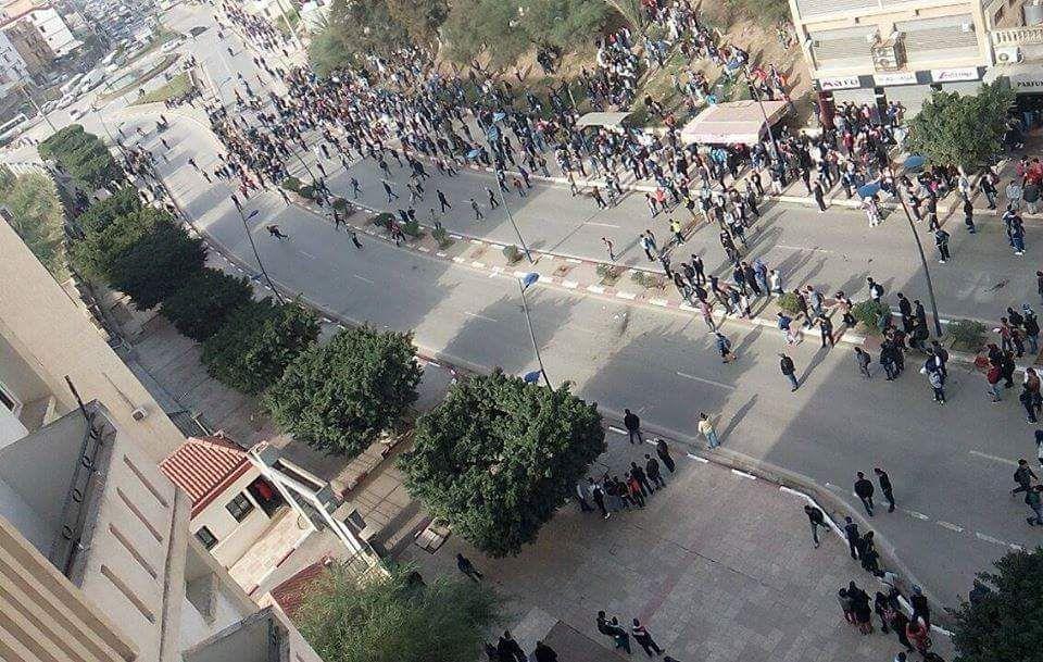 ALERTE INFO : Risques d'émeutes à Béjaïa, les écoliers investissent la rue. K-Direct - Actualité