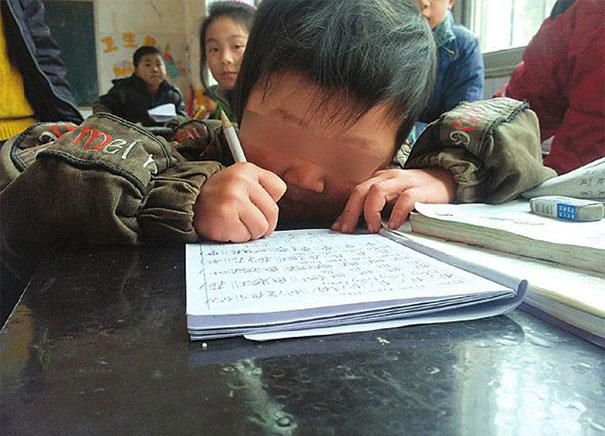 Tous les jours, ce papa chinois porte son enfant handicapé pendant 30 kilomètres