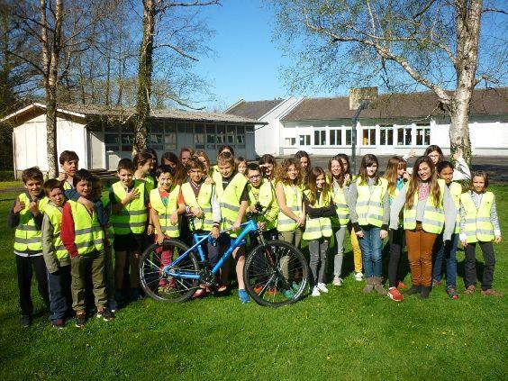 """lundi 3 avril, Sabine Etcheverry, du CD64, remet les kits sécurité aux élèves de 6e d'Arette participant au projet """"A vélo c'est la classe""""D"""