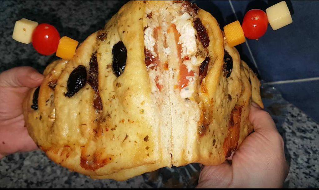 FOUGASSE A LA TOMATE SÉCHER ET FROMAGE خبز الفوكاس بالطماطم المجففة والجبن