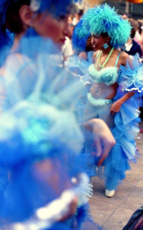 Probablement à l'occasion de la féria de Nîmes, un défilé un carnaval brésilien. non daté