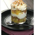 Crumble de billes de pommes pochées au sirop de rhum vanillé et crème fouettée vanillée