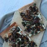 Pizza blanche aux champignons bruns et à l'ail des ours