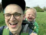 Video drôle: Un bébé éclate de rire avec un pissenlit