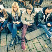 Les Français plus connectés que hier, sont des adeptes d'Internet pour effectuer ou préparer leurs achats, qu'ils soient en ligne ou en magasin physique - OOKAWA Corp.