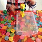 Seance de perles avec deux miss de deux ans ou presque - Le blog de fannyassmat, le quotidien d'une assistante maternelle en mille et une anecdotes