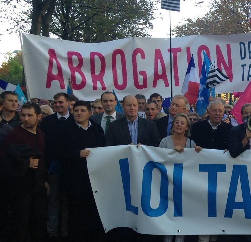 Manif pour Tous : Carl Lang, Robert Ménard et Alexandre Gabriac derrière la même banderole réclamant l'abrogation du mariage homosexuel