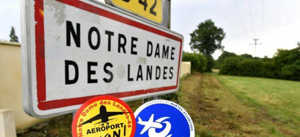 Panneau d'entrée de commune de Notre-Dame-des-Landes avec les autocollants de communication des anti et pro-aéroports.
