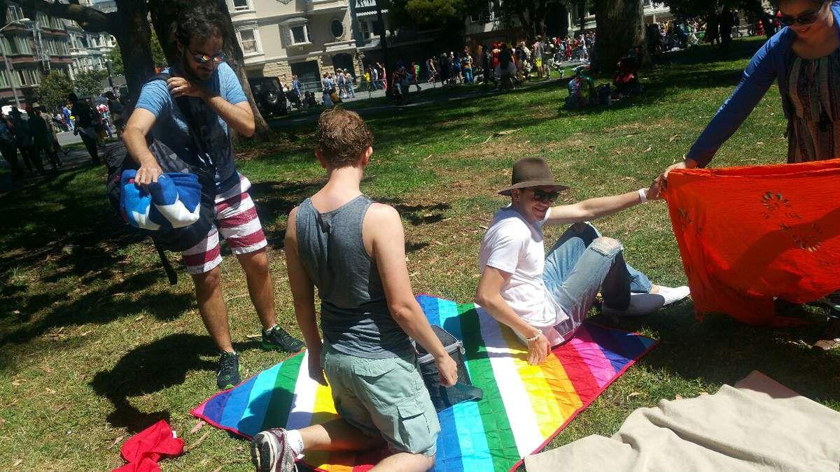 Partager le tapis multicolore de tes amis brésiliens gays