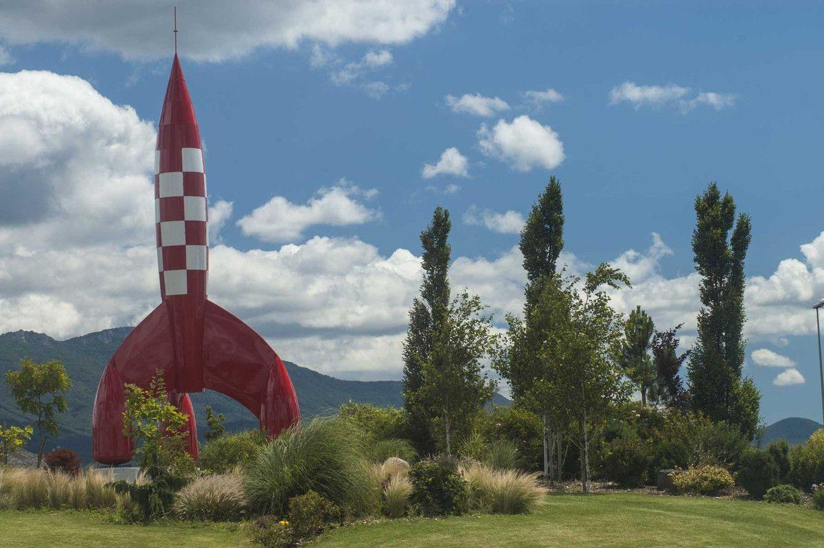 Un avion à Montélimar (Photo G.V.) et une fusée à Chabeuil (Photo Jean Delmarty). La Drôme s'envole!