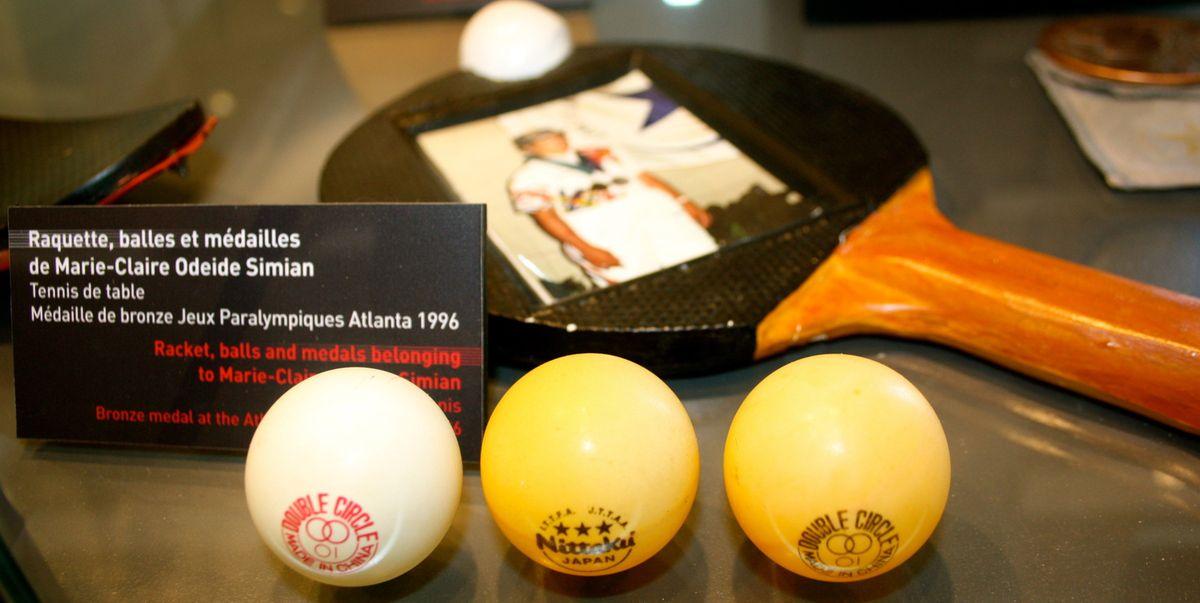 Raquette, balles et médailles de Marie-Claire Odeide-Simian, de Romans, médaille de bronze aux J.O. paralympiques d'Atlanta en 1996, en tennis de table.