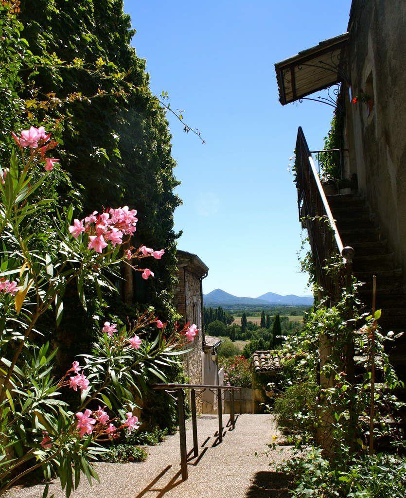 Cliousclat est un des nombreux villages perchés de la Drôme. Ses habitants sont les Cliousclatiens et les Cliousclatiennes. (Prononcez dix fois de suite)