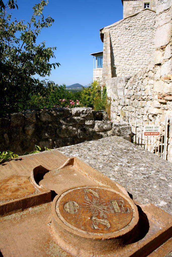 """La table d'orientation à l'entrée du """"Jardin Remarquable"""", point de départ également d'un sentier botanique qui traverse le village."""