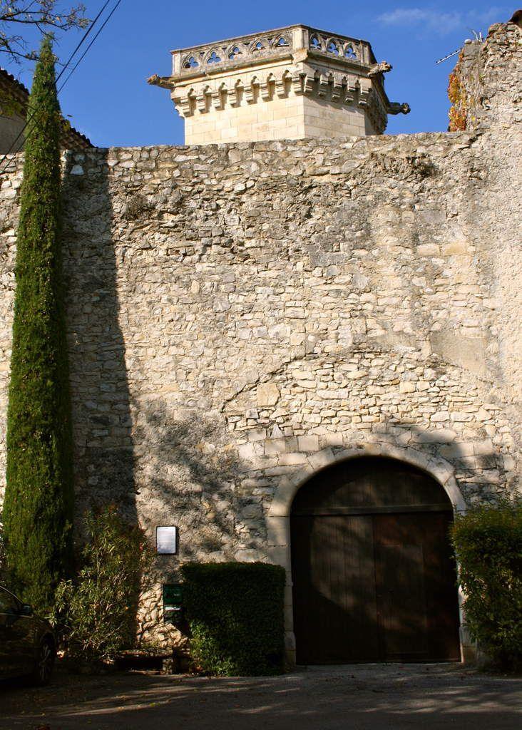 """""""C'est un acte de partage de l'an 833 qui mentionne pour la première fois l'existence de PUYGIRON. Le château, dans le village, date du 13ème siècle et une partie restaurée Renaissance et il est inscrit aux Bâtiments de France depuis juin 1957. Sa construction est rectangulaire et se compose de 4 tours. Une cour intérieure est agrémentée d'une tour dont la porte ouvre sur un escalier à vis et d'une fenêtre sculptée du 15ème siècle."""" (Sources www.puygiron.com)"""