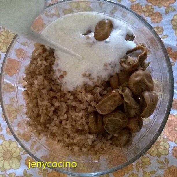 Blé complet concassé avec fèves et lait fermenté