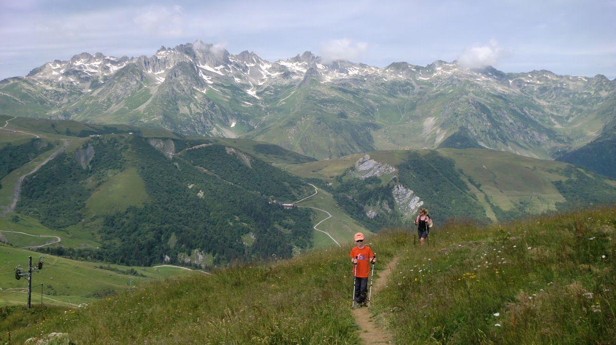 Au fur et à mesure que nous prenons de l'altitude, les massifs tout autour de nous se dévoilent à nos yeux. Magnifique Lauzière avec son Grand Pic majestueux qui culmine à plus de 2829 mètres.