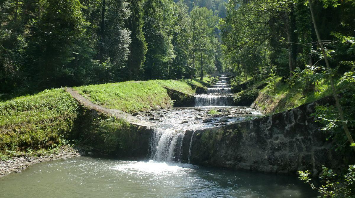 Les barrages se suivent freinant les ardeurs du torrent.