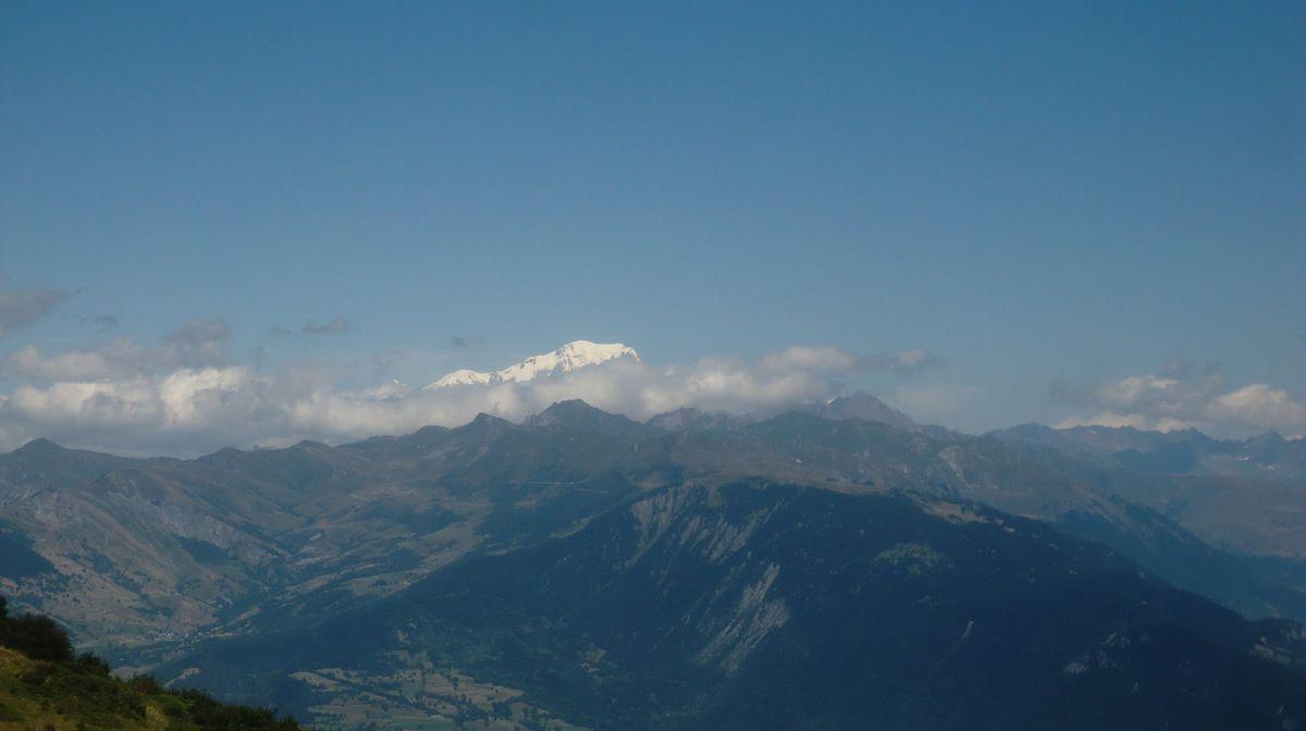 Au retour après le chalet de la Froide, nous aurions du avoir cette magnifique vue sur le Mont Blanc. La couverture nuageuse en altitude, nous l'a occultée. Photo de juillet 2015.